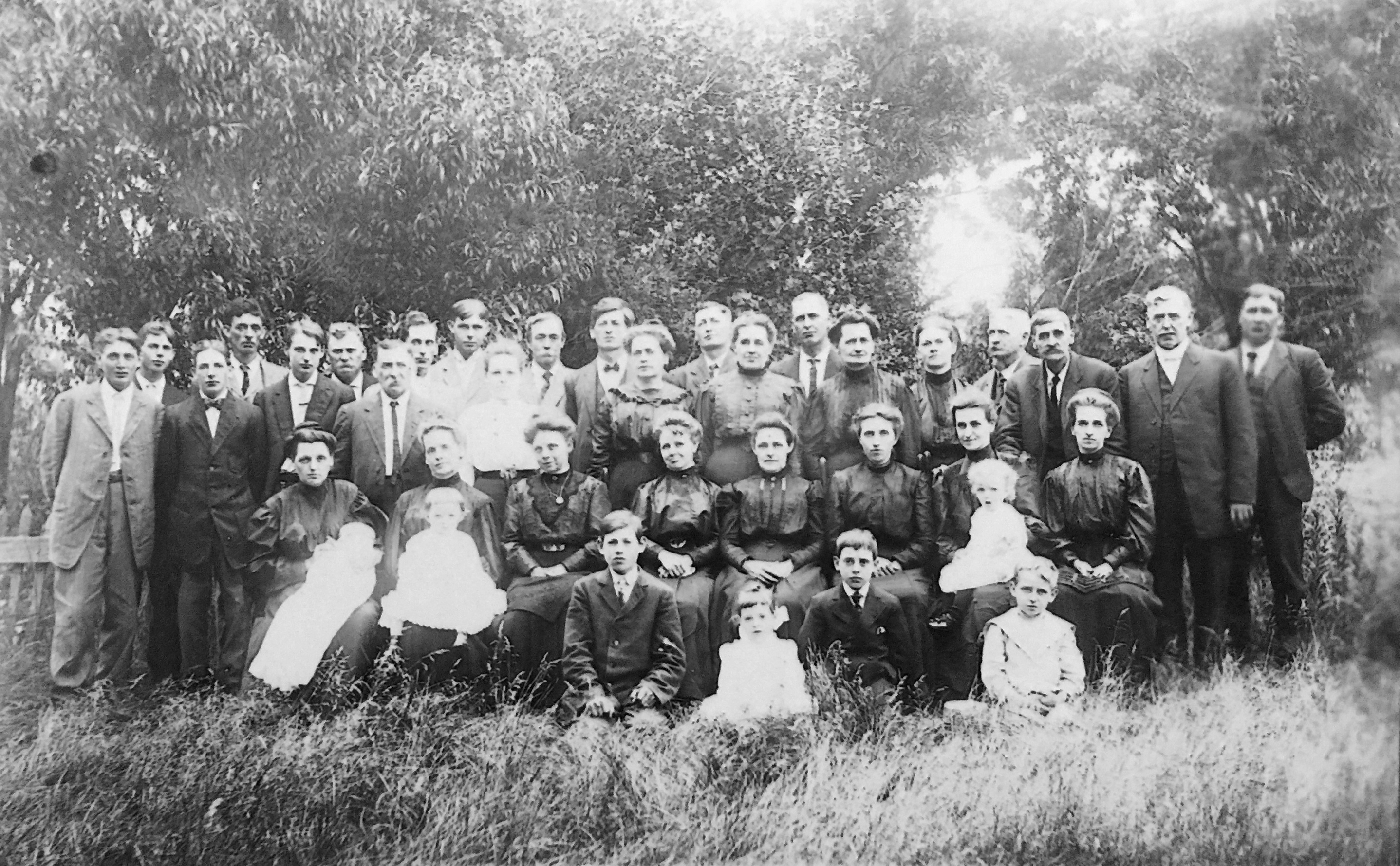 DAVIS Maude Amy huge family photo black and white